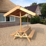 picknickbank met rieten kap