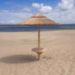 rieten parasols aan grevelingenmeer