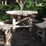 houtcreatief ronde boomtafel met halfronde bankjes