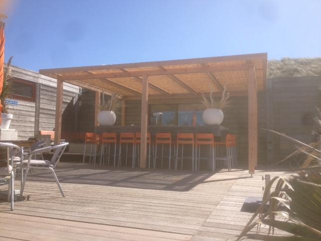 Overkapping voor uw tuin van hout en riet hout creatief hout creatief - Pergola met dak ...