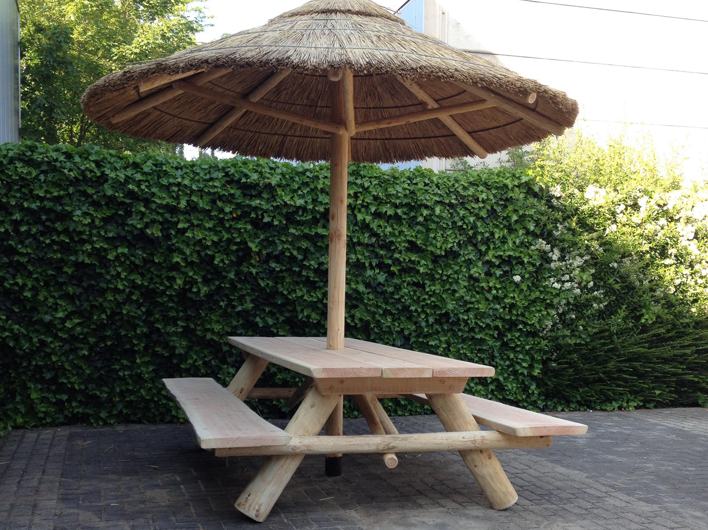 Picknick tafel met rieten parasol-liggend