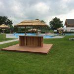 rieten parasol, bar, hardhouten vlonder zwembad