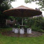 grote parasol riet in ronde rvs tafel