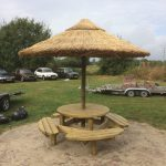 picknicktafel met rieten parasol