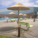 rieten parasols bij zwembad