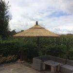 zwevende rieten parasol met draaiconstructie