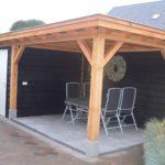 houten veranda met schuur